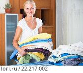 Купить «Cheerful young woman with linen», фото № 22217002, снято 21 января 2020 г. (c) Яков Филимонов / Фотобанк Лори