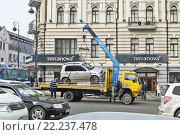 Купить «Эвакуатор грузит автомобиль, нарушивший правила парковки», фото № 22237478, снято 13 марта 2016 г. (c) Корнилова Светлана / Фотобанк Лори