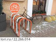 Купить «Велосипед на велопарковке и знак Bicycle Only», фото № 22266014, снято 19 марта 2016 г. (c) Ольга Лисенкова / Фотобанк Лори