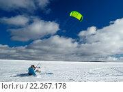Спортсмен едет на кайте по снегу. Стоковое фото, фотограф Станислав Симонов / Фотобанк Лори