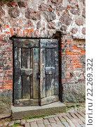 Купить «Старая деревянная дверь в средневековой крепости», фото № 22269322, снято 9 декабря 2019 г. (c) FotograFF / Фотобанк Лори