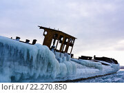 Купить «Заброшенная покрытая льдом баржа на замерзшем озере», фото № 22270850, снято 6 марта 2016 г. (c) Стивен Жингель / Фотобанк Лори
