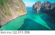 Купить «Вид с воздуха на залив Майа острова Пхи Пхи Ле, Таиланд», видеоролик № 22311358, снято 18 марта 2016 г. (c) Михаил Коханчиков / Фотобанк Лори