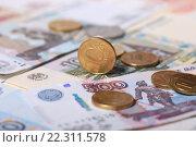 Купить «Российские монеты 10 рублей на купюре 500 рублей», эксклюзивное фото № 22311578, снято 21 марта 2016 г. (c) Яна Королёва / Фотобанк Лори