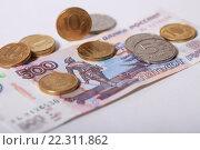 Купить «Купюра 500 рублей и монеты», эксклюзивное фото № 22311862, снято 21 марта 2016 г. (c) Яна Королёва / Фотобанк Лори