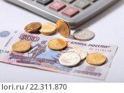 Купить «Монеты на купюре 500 рублей и калькулятор», эксклюзивное фото № 22311870, снято 21 марта 2016 г. (c) Яна Королёва / Фотобанк Лори