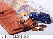 Купить «Кошелек, деньги и автомобиль», эксклюзивное фото № 22312286, снято 21 марта 2016 г. (c) Яна Королёва / Фотобанк Лори