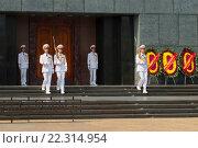 Купить «Смена часовых почетного караула у дверей мавзолея Хо Ши Мина. Ханой. Вьетнам», фото № 22314954, снято 10 января 2016 г. (c) Виктор Карасев / Фотобанк Лори