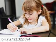 Купить «Девочка рисует фломастером, сидя за столом», фото № 22322094, снято 28 декабря 2014 г. (c) Ирина Мойсеева / Фотобанк Лори