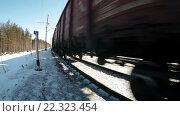 Купить «Товарный поезд идет по зимней железной дороге в солнечный ясный день, крупный план», видеоролик № 22323454, снято 21 марта 2016 г. (c) Кекяляйнен Андрей / Фотобанк Лори
