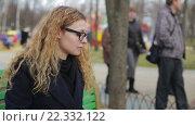 Купить «Светловолосая девушка в парке», видеоролик № 22332122, снято 9 марта 2016 г. (c) Загородний Кирилл / Фотобанк Лори