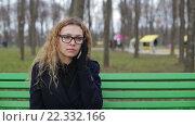 Купить «Молодая блондинка говорит по телефону в парке», видеоролик № 22332166, снято 9 марта 2016 г. (c) Загородний Кирилл / Фотобанк Лори
