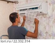 Купить «Чистка и обслуживание кондиционера», фото № 22332314, снято 19 апреля 2006 г. (c) Myroslav Kuchynskyi / Фотобанк Лори