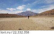 Купить «Женщина путешественник гуляет в районе сухого горного озера», видеоролик № 22332358, снято 2 января 2016 г. (c) Андрей Армягов / Фотобанк Лори