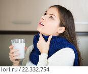 Купить «Brunette gargling throat with medicine», фото № 22332754, снято 18 июля 2018 г. (c) Яков Филимонов / Фотобанк Лори