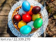 Корзина с пасхальными яйцами на деревянном столе. Стоковое фото, фотограф Анна Кирьякова / Фотобанк Лори