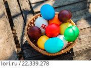 Разноцветные пасхальные яйца в плетёной тарелке. Стоковое фото, фотограф Анна Кирьякова / Фотобанк Лори