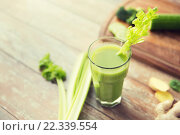 Купить «close up of fresh green juice glass and celery», фото № 22339554, снято 28 апреля 2015 г. (c) Syda Productions / Фотобанк Лори