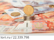 Купить «Российские монеты 10 рублей и купюры 5000  и 500 рублей», эксклюзивное фото № 22339798, снято 24 марта 2016 г. (c) Яна Королёва / Фотобанк Лори