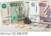 Купить «Российский рубль на фоне купюр номиналом 500 и 1000 рублей», эксклюзивное фото № 22340078, снято 24 марта 2016 г. (c) Яна Королёва / Фотобанк Лори