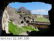 Вид из пещеры на иудейскую крепость Чуфут Кале (2016 год). Стоковое фото, фотограф Валерий Шевцов / Фотобанк Лори