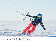 Спортсмен на сноуборде запускает кайт. Стоковое фото, фотограф Станислав Симонов / Фотобанк Лори