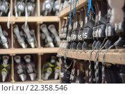 Хоккейные коньки на стеллажах. Стоковое фото, фотограф Иманова Ирина / Фотобанк Лори