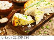 Купить «Пирог из риса, творога и зеленого лука на столе», фото № 22359726, снято 25 марта 2016 г. (c) Надежда Мишкова / Фотобанк Лори