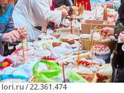 Купить «Люди пришли в церковь освятить Пасхальные куличи и яйца, зажигают церковные свечи», фото № 22361474, снято 18 июня 2019 г. (c) Юлия Зайцева / Фотобанк Лори