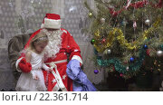 Купить «Дед Мороз разговаривает с девочкой в костюме снежинки», видеоролик № 22361714, снято 6 февраля 2016 г. (c) Потийко Сергей / Фотобанк Лори