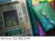 Купить «Священная книга мусульман - Коран лежит на подставке в мечети во время намаза», фото № 22362514, снято 27 марта 2016 г. (c) Николай Винокуров / Фотобанк Лори