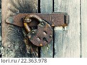 Купить «Ржавый старый стальной замок висит на деревянные двери», фото № 22363978, снято 26 марта 2016 г. (c) Зезелина Марина / Фотобанк Лори