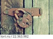 Купить «Старый навесной замок на дверях», фото № 22363982, снято 26 марта 2016 г. (c) Зезелина Марина / Фотобанк Лори