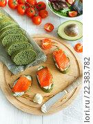 Крупный план на бутерброды с красной рыбой и томатами черри. Стоковое фото, фотограф Козлова Анастасия / Фотобанк Лори