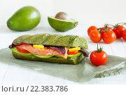 Крупный план сэндвича с рыбой базиликом, томатами черри и лимоном. Стоковое фото, фотограф Козлова Анастасия / Фотобанк Лори