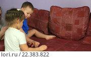 Купить «Мальчик катает машину по дивану, счастливая семья проводит время вместе», видеоролик № 22383822, снято 12 февраля 2016 г. (c) Юлия Машкова / Фотобанк Лори