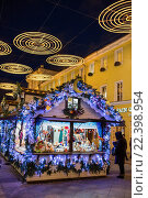 Kamergersky lane, Decoration and illumination for New Year and Christmas holidays at night, Moscow, Russia (2016 год). Редакционное фото, фотограф Ivan Vdovin / age Fotostock / Фотобанк Лори