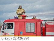 Купить «Пожарный расчет тушит пожар из лафета (брандспойта)», фото № 22426890, снято 1 апреля 2016 г. (c) Игорь Малеев / Фотобанк Лори
