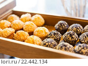 Купить «close up of sweets or muffins on wooden tray», фото № 22442134, снято 15 февраля 2016 г. (c) Syda Productions / Фотобанк Лори