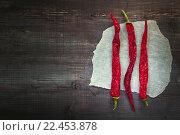 Три перца чили на клочке бумаги. Стоковое фото, фотограф Алексей Лобанов / Фотобанк Лори