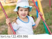 Пятилетняя девочка летом в панамке катается на качелях. Стоковое фото, фотограф Иванов Алексей / Фотобанк Лори