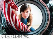 Купить «Девушка загружает одежду в стиральную машину», фото № 22461702, снято 15 ноября 2018 г. (c) Кузнецов Дмитрий / Фотобанк Лори