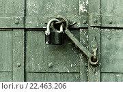 Купить «Навесной замок на старых воротах», фото № 22463206, снято 26 марта 2016 г. (c) Зезелина Марина / Фотобанк Лори