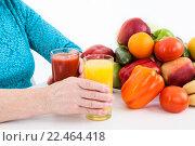 Купить «Свежие экологические, натуральные продукты: овощи, фрукты и свежие выжатые соки», фото № 22464418, снято 26 марта 2016 г. (c) Кекяляйнен Андрей / Фотобанк Лори