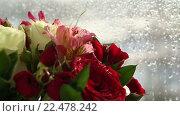 Купить «Яркий букет из роз, ирисов и альстромерий», видеоролик № 22478242, снято 10 февраля 2016 г. (c) Юлия Машкова / Фотобанк Лори