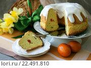 Красивый пасхальный кулич, разрезанный на порции и два крашеных яйца. Стоковое фото, фотограф Шуба Виктория / Фотобанк Лори