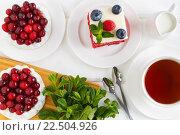Вид сверху на меренгу с клюквой  и торт красный бархат украшенный малиной и черникой. Стоковое фото, фотограф Козлова Анастасия / Фотобанк Лори