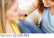 Купить «close up of visagist woman applying lipstick», фото № 22528894, снято 12 апреля 2014 г. (c) Syda Productions / Фотобанк Лори