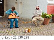 Купить «Музыканты готовятся играть на Гуслях в Коломенском парке», фото № 22530298, снято 8 октября 2011 г. (c) Эдуард Паравян / Фотобанк Лори