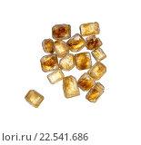 Куча из нескольких золотисто-коричневых больших кристаллов тростникового сахара, изолированные на белом фоне. Стоковое фото, фотограф Алексей Безрук / Фотобанк Лори